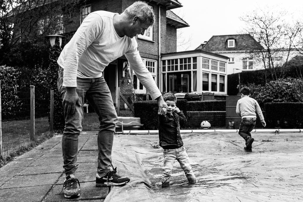 vader en zoon spelen bij het zwembad