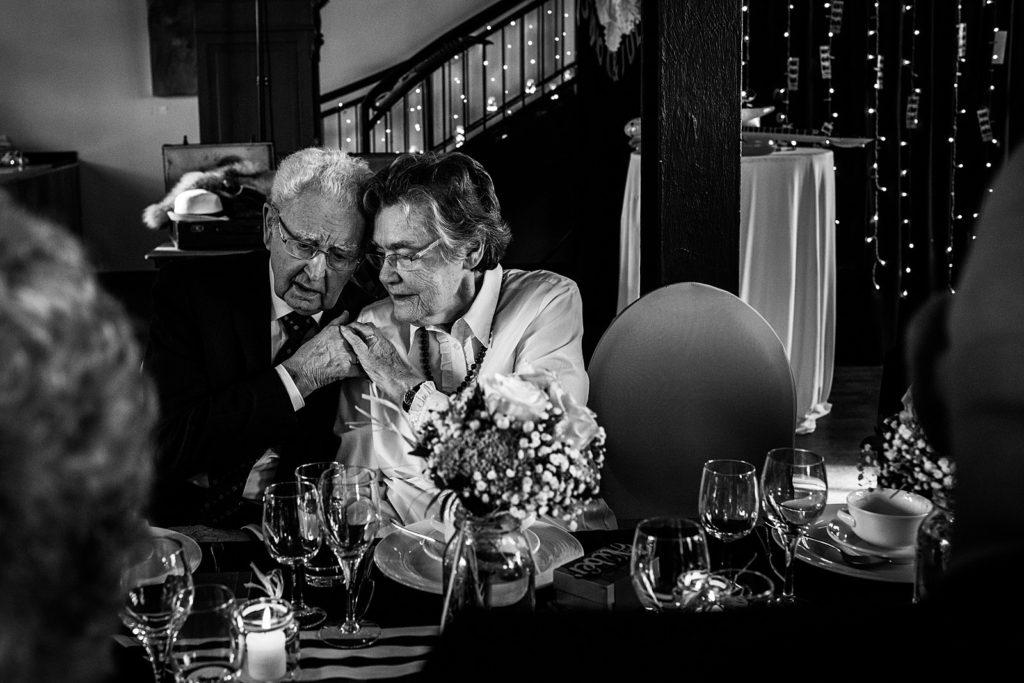 opa en oma knuffelen