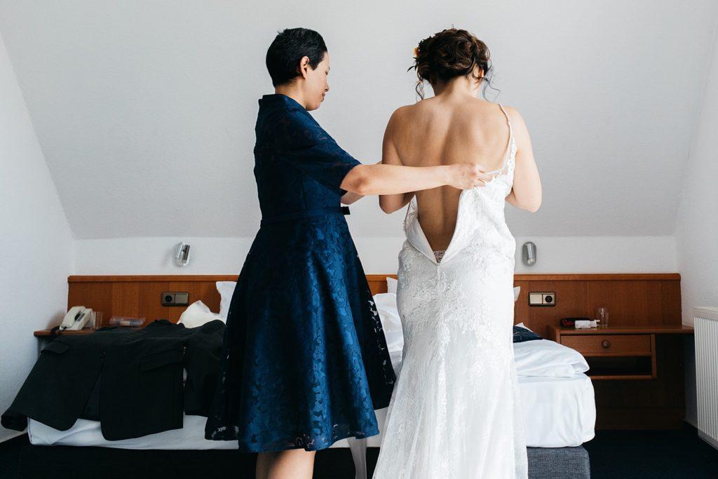 bruid kleedt zich aan