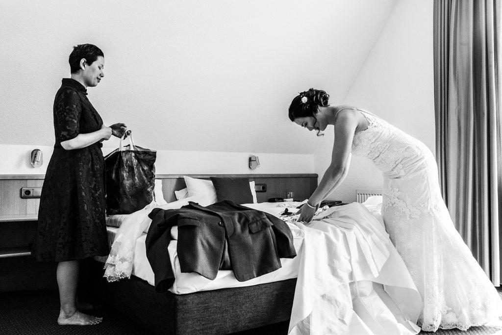 bruid en vriendin kleden zich om