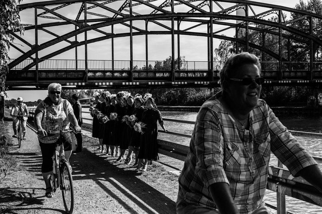 fietsers tijdens bruidsreportage