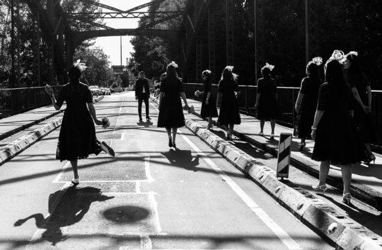 bruidsmeisjes lopen over brug in Munster