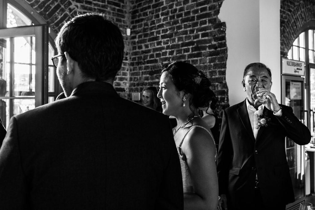 vader van de bruid kijkt naar bruid