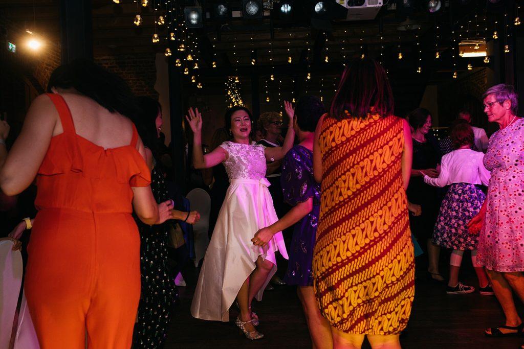 bruid danst met vriendinnen op feest