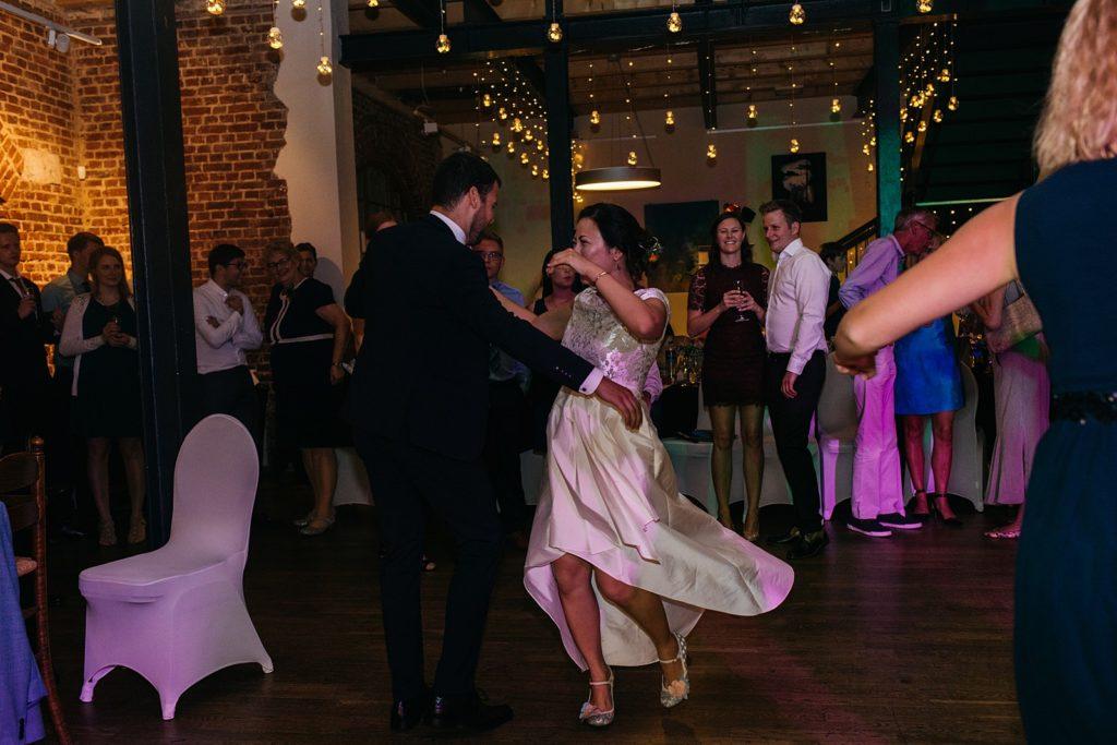 bruidspaar danst tijdens feest