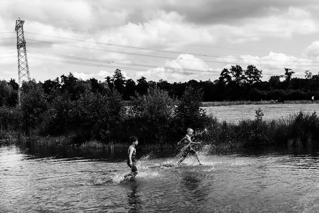 jongetjes rennen door water