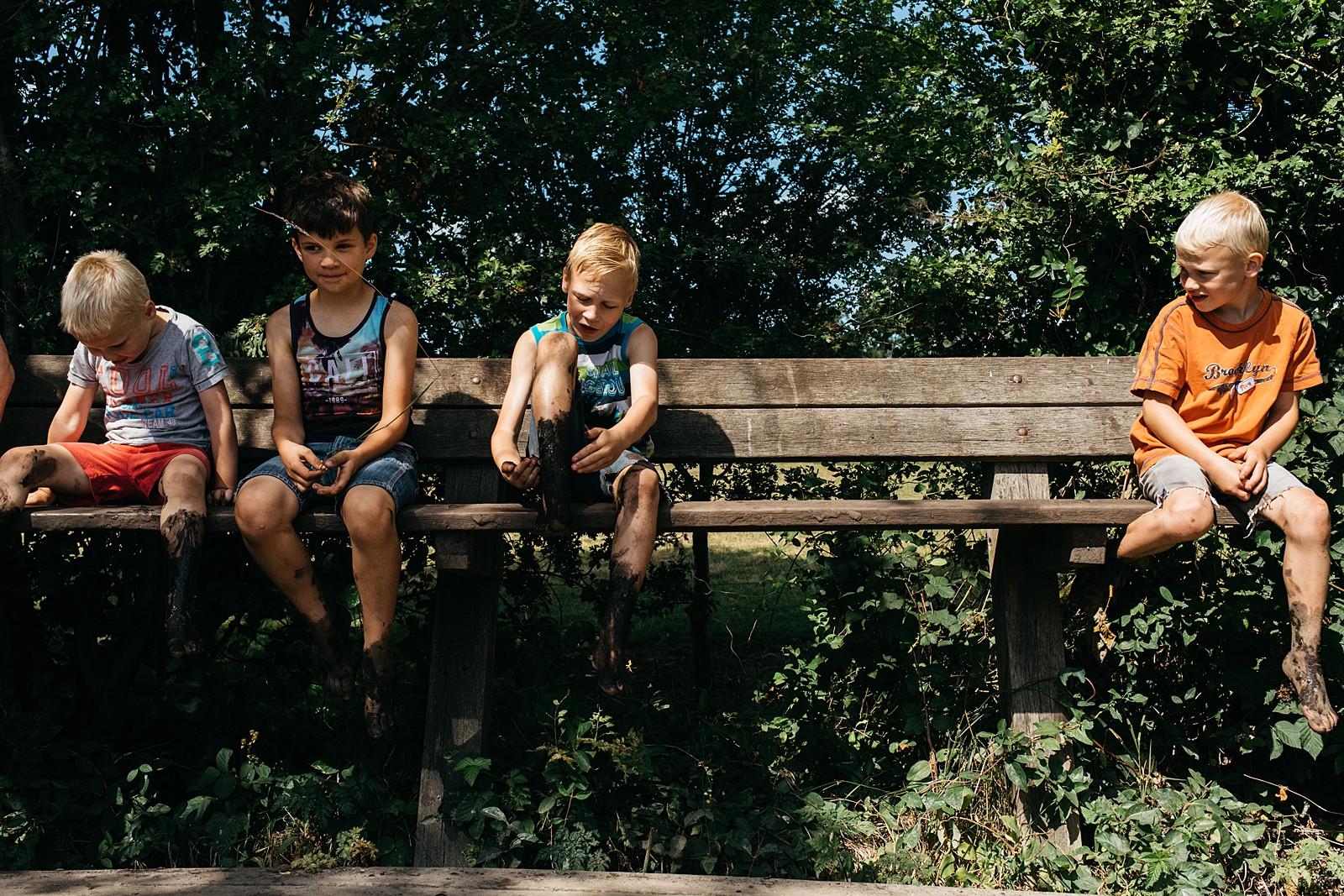 jongetjes zitten op bank