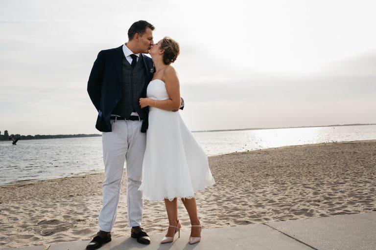 bruidspaar op het strand in Harderwijk