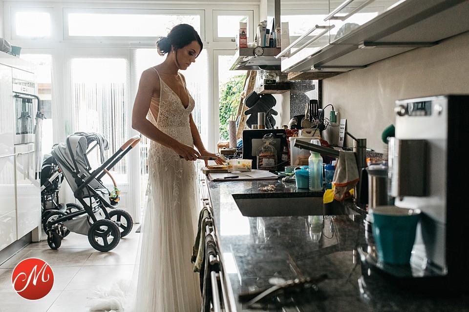 Bruid smeert boterham