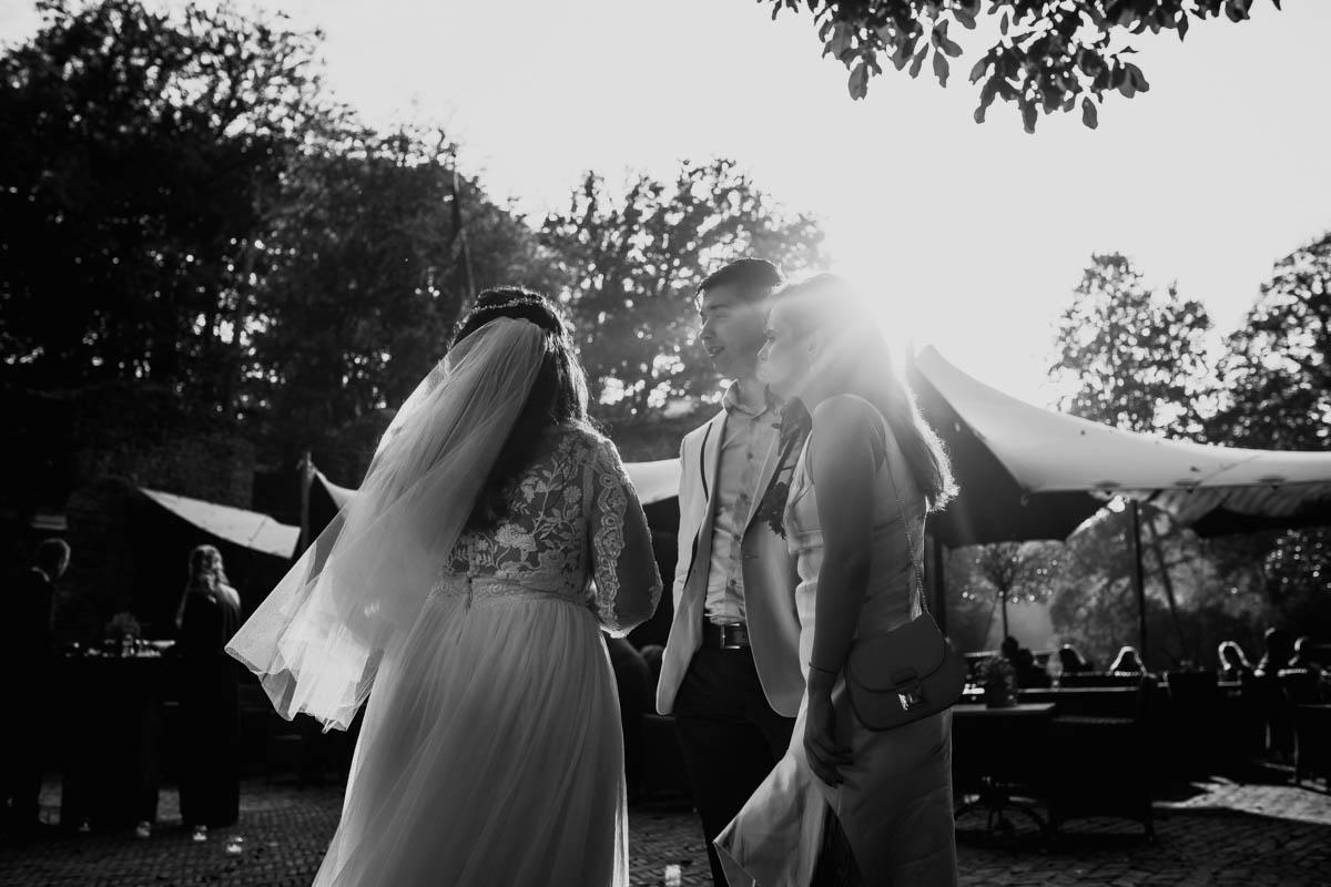 Bruid en gasten tijdens receptie