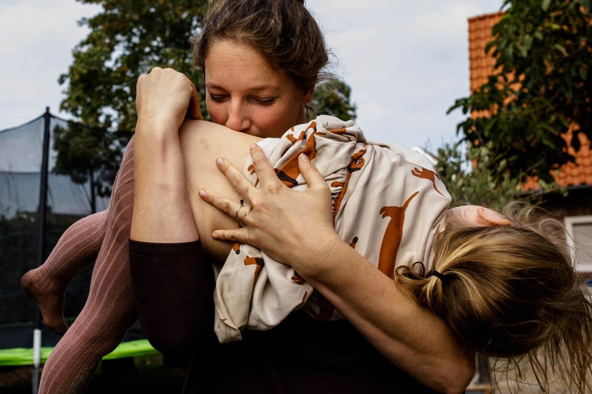 moeder knuffelt dochter