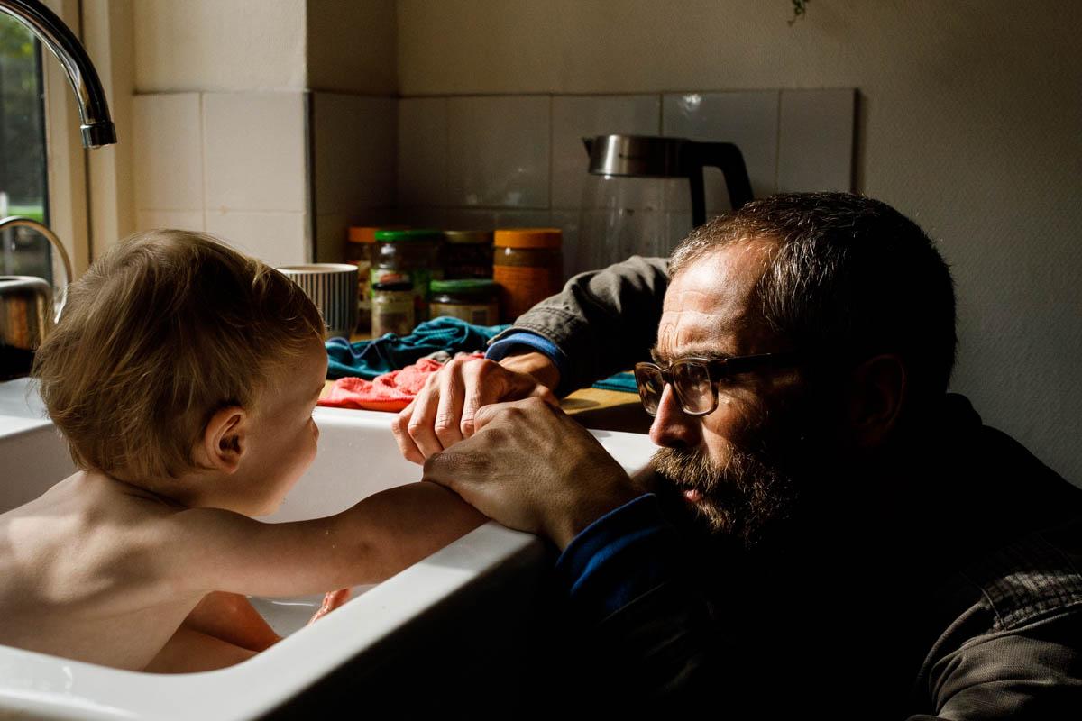 vader doet baby in bad