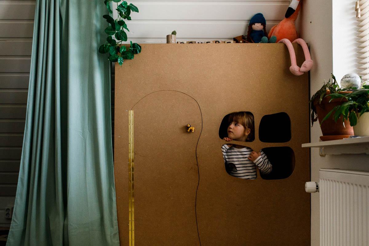 meisje speelt in huisje