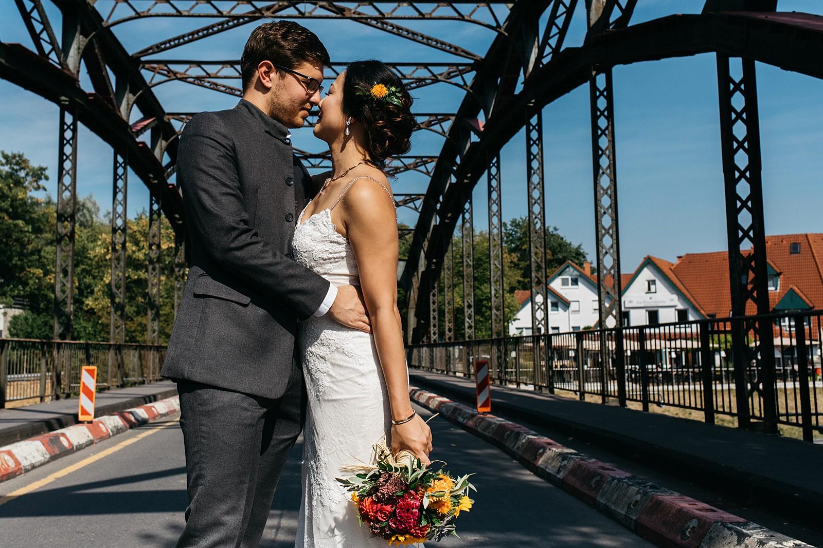 bruidspaar op de brug