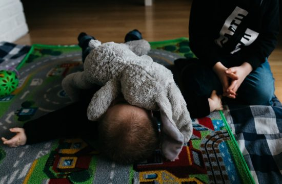 knuffel ligt over gezicht baby