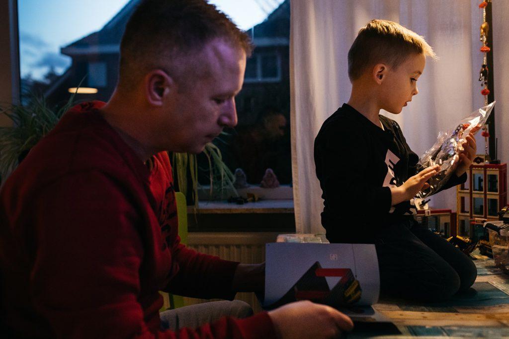 vader en zoon bouwen met lego