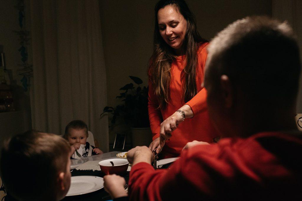 gezin tijdens avondeten