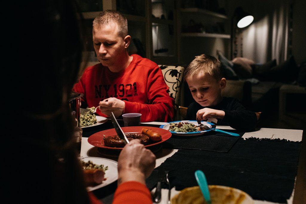 gezin aan tafel tijdens het avondeten
