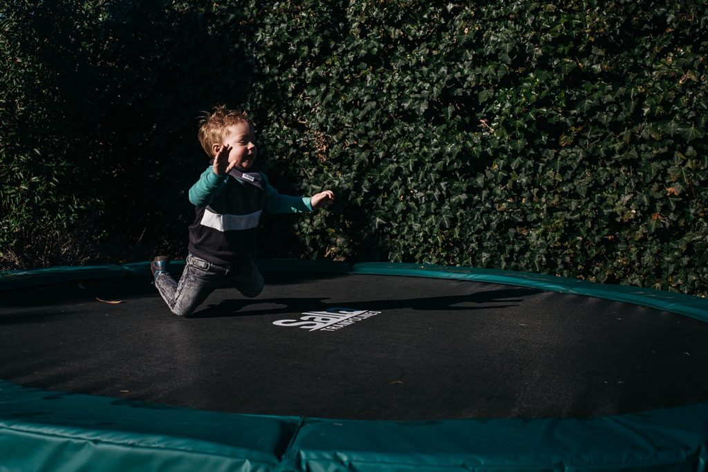 peuter springt op trampoline