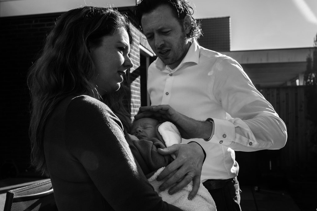 vader en moeder met newborn