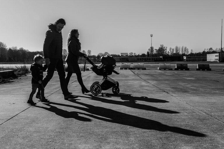 gezin wandelt met kinderwagen