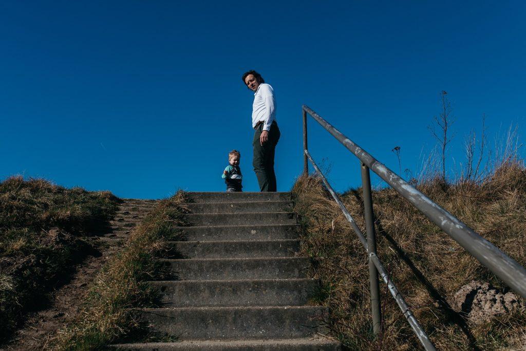 vader en zoon beklimmen trap