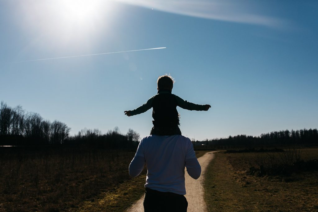 zoon op vaders nek tijdens wandelen