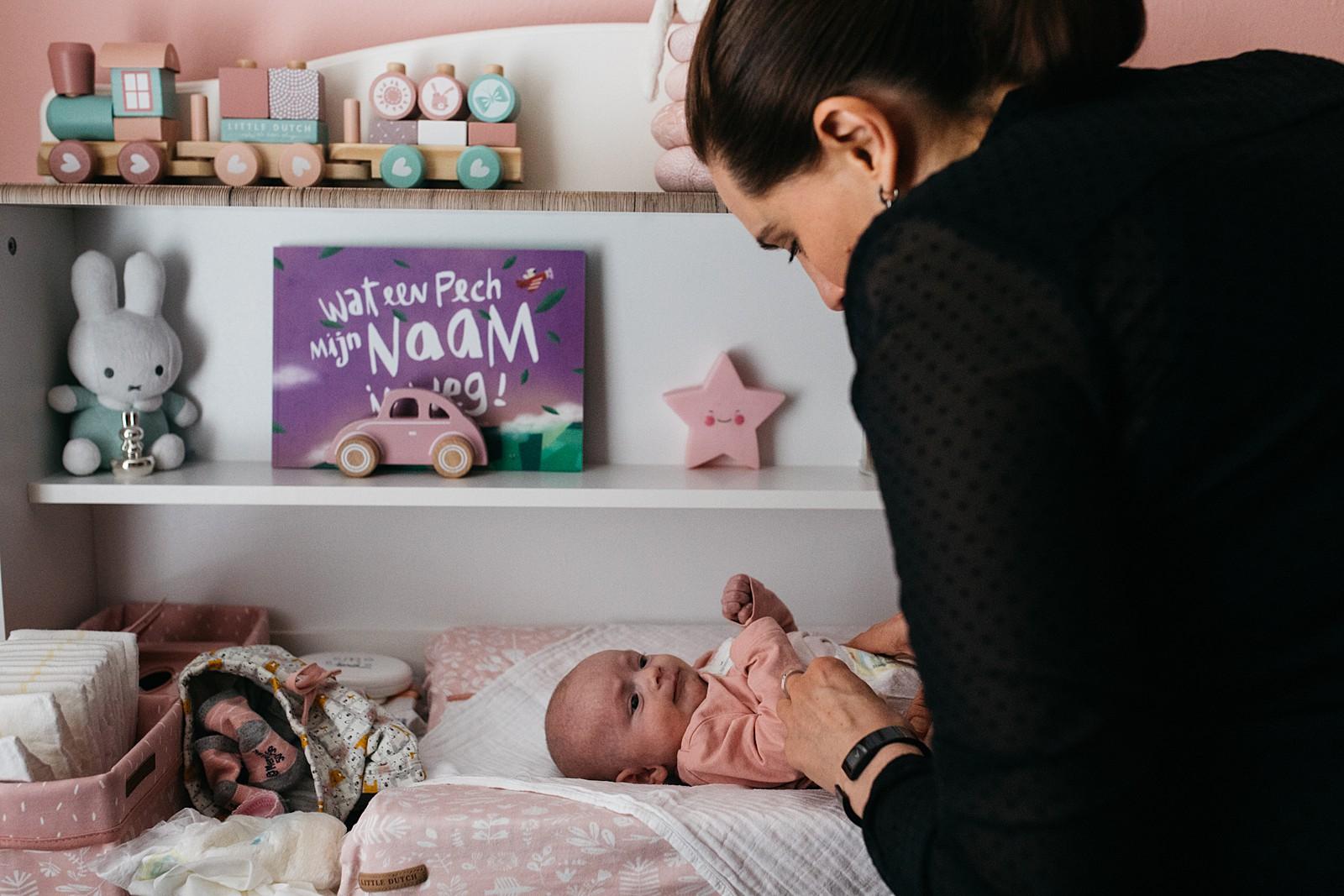 mama verschoont newborn