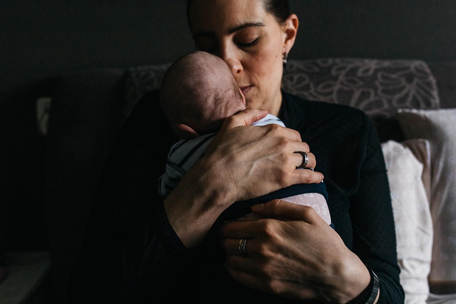 mama knuffelt baby