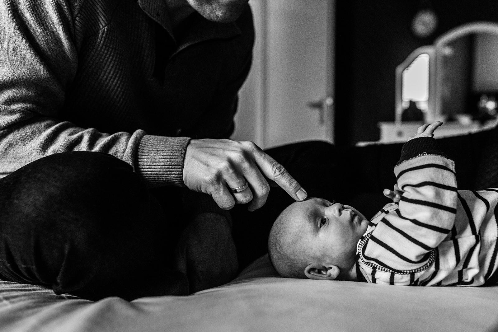 papa en baby op bed