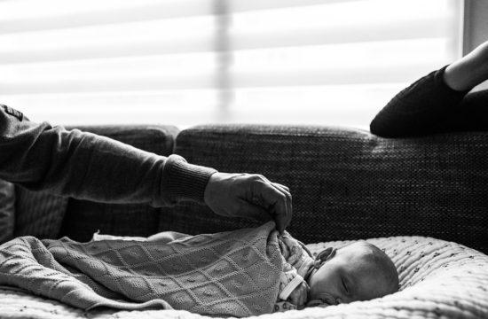 ouders en baby samen op de bank