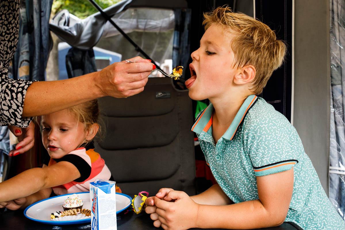 jongetje eet taart