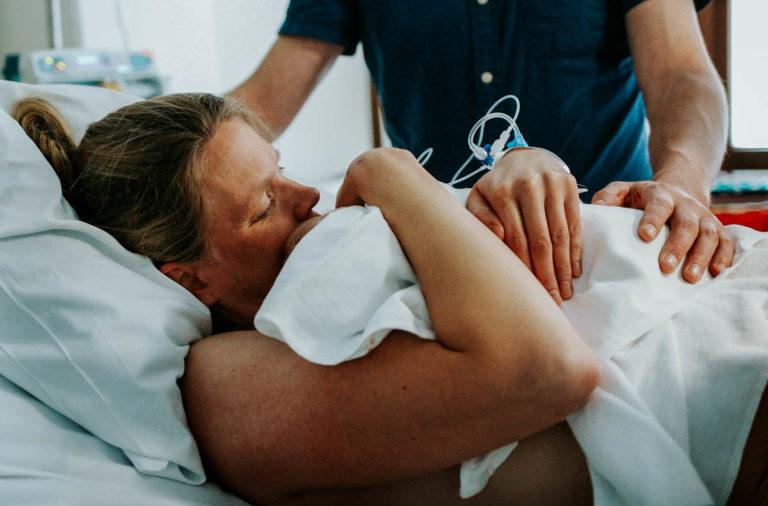 moeder knuffelt kindje nadat het net geboren is