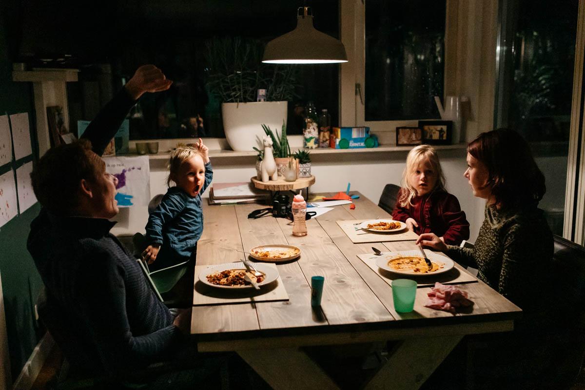 gezin zit te eten aan tafel
