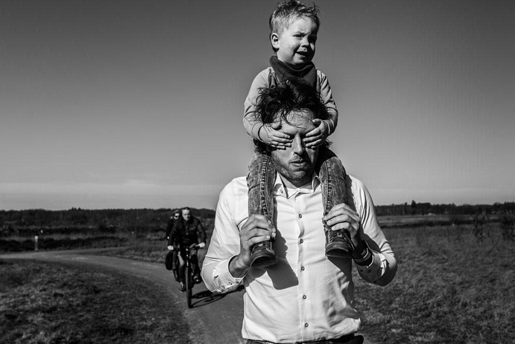jongetje houdt handen voor ogen vader. mijn favoriete documentaire foto's van 2019