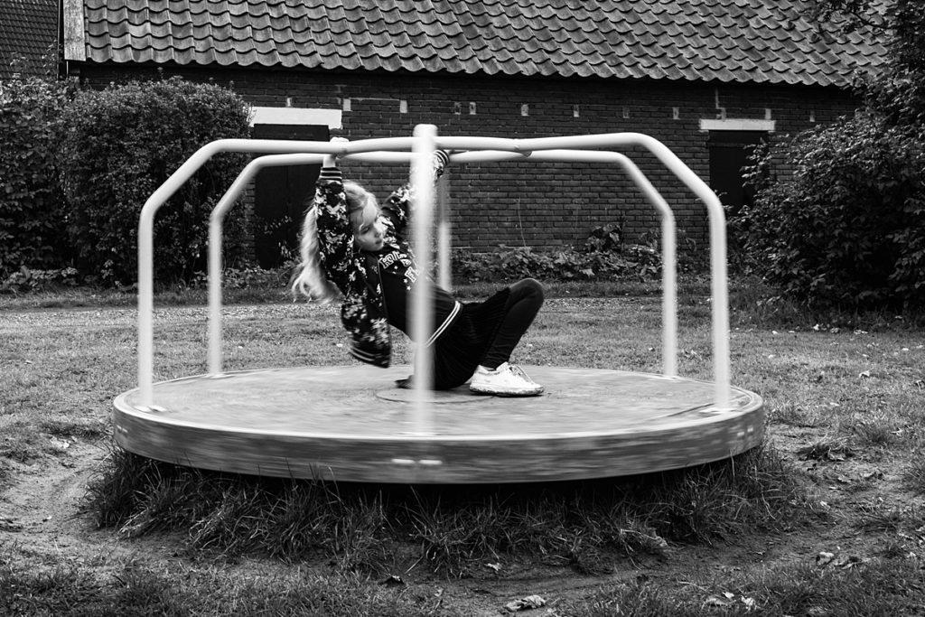 mijn favoriete documentaire foto's van 2019 - meisje speelt op draaimolen in speeltuin