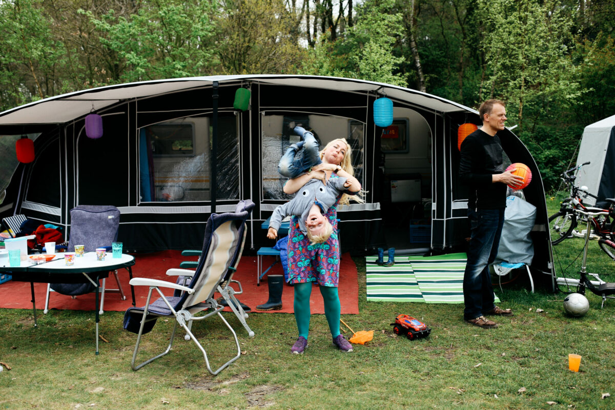 gezin voor tent op camping