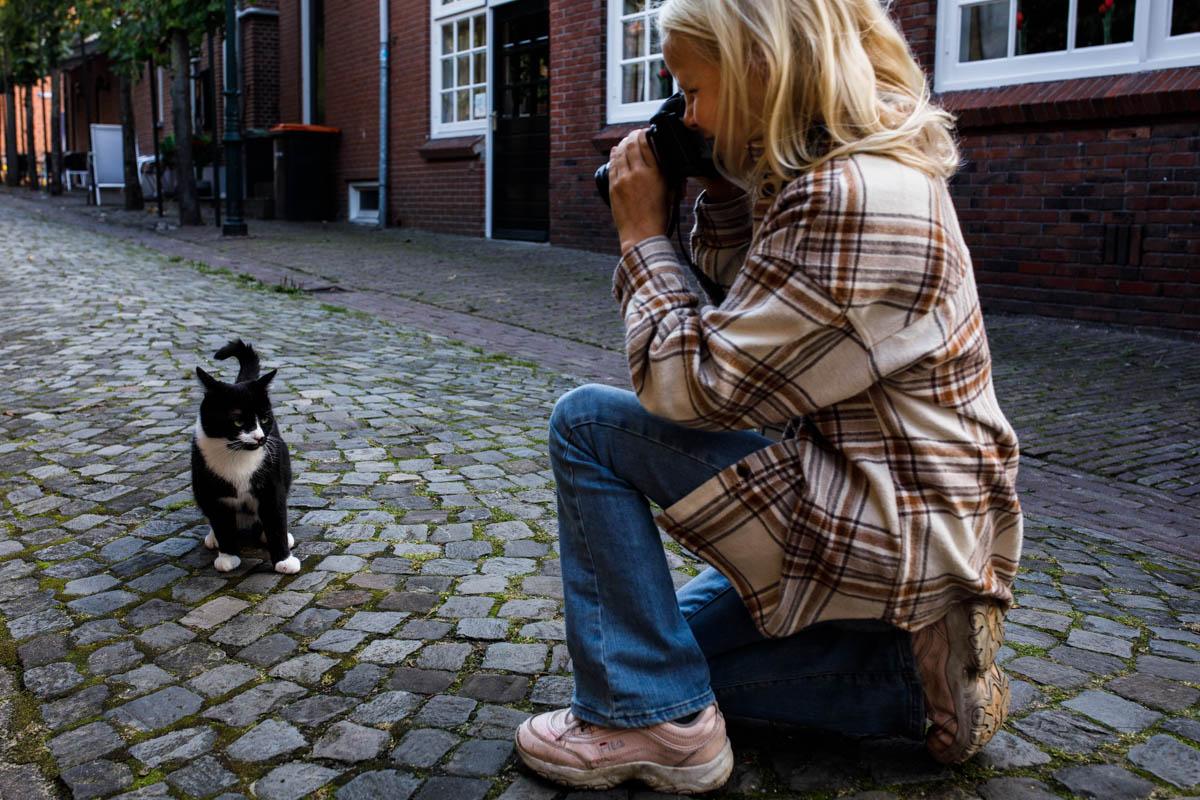 meisje fotografeert kat