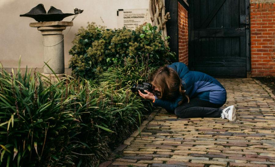 meisje fotografeert in tuin